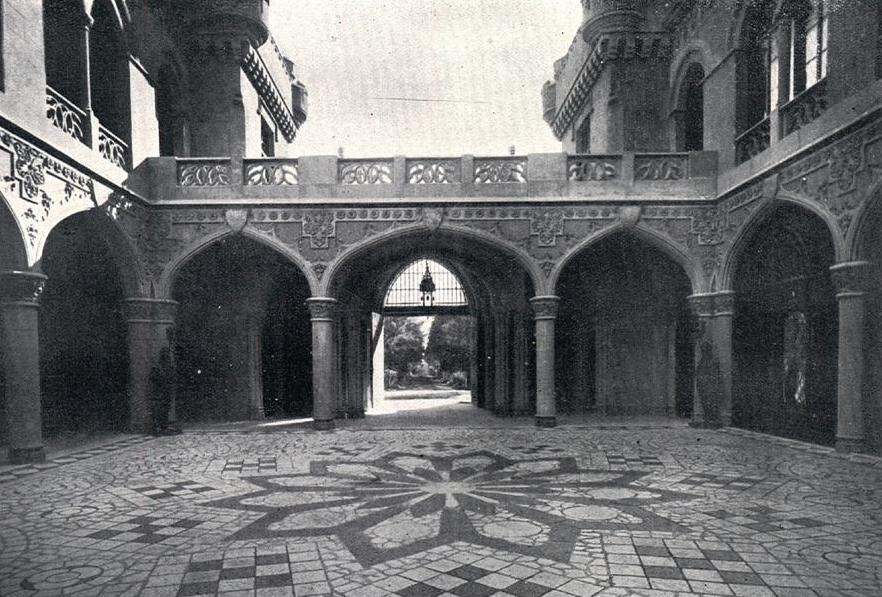El Castillo Naveira - Entrada Principal y Patio de Armas