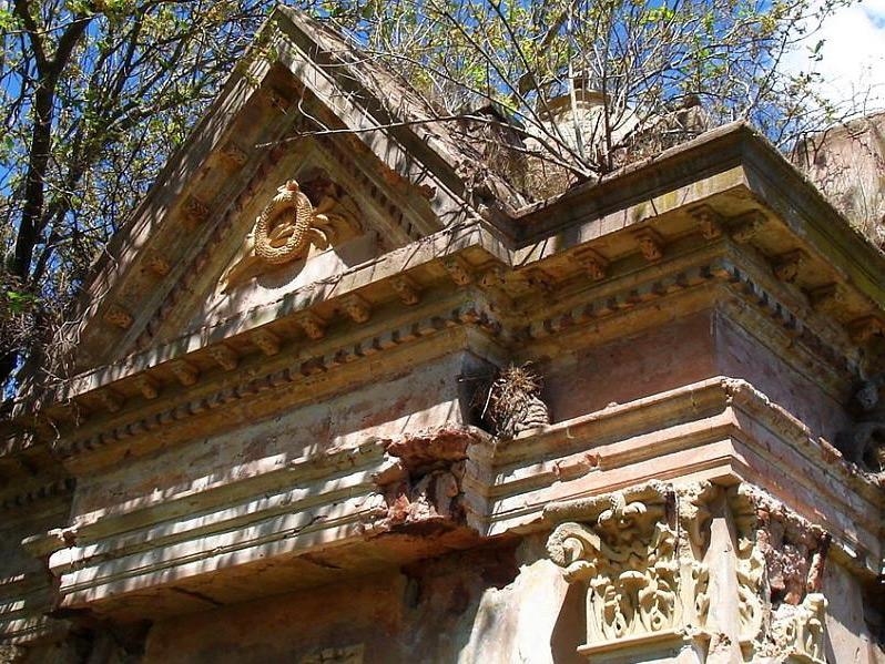 Mausoleo con Decoraciones en el Cementerio Sud de San Andrés de Giles. Foto por Darío Granato.