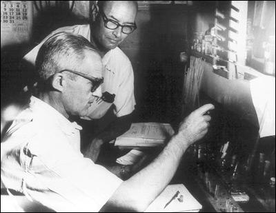 Luis Leloir y Carlos Eugenio Cardini en el Instituto Campomar en 1960.