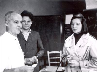 Luis Federico Leloir junto al doctor Armando Parodi y a su hija Amelia Leloir.
