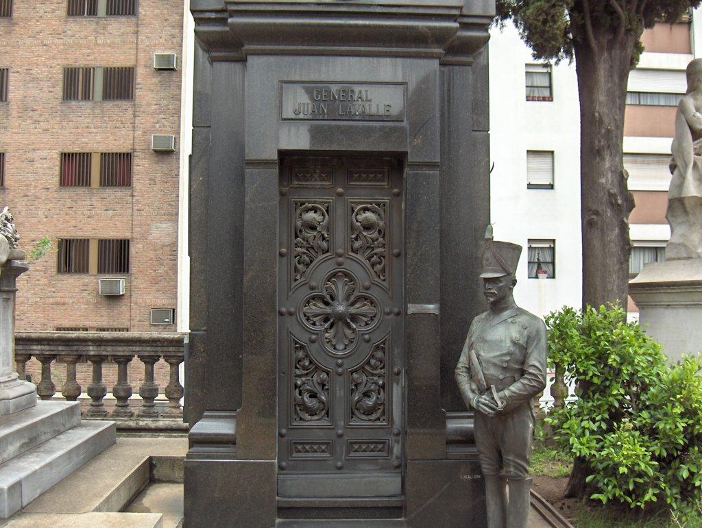 Tumba de Juan Lavalle en el Cementerio de la Recoleta.