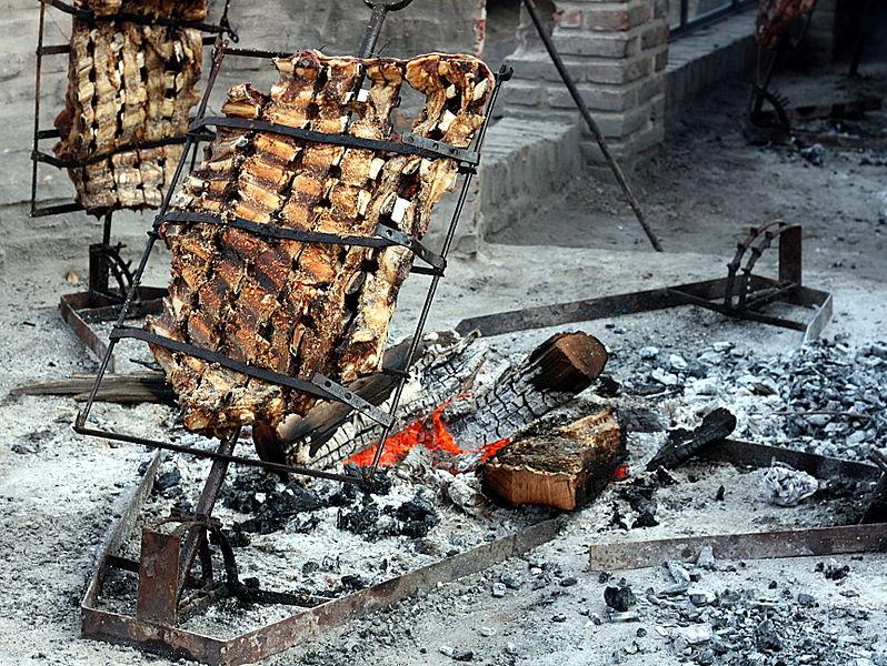 Típico asado de la Argentina en preparación.