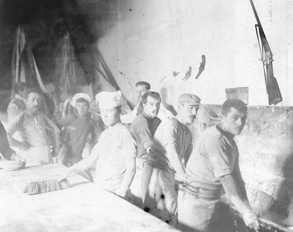 Buenos Aires. Huelga de Panaderos. Los dueños de la panadería fabricando pan, 1902.