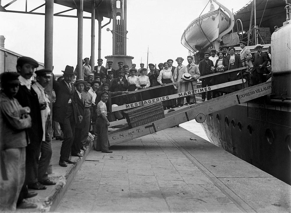 Inmigrantes europeos desembarcando en Argentina en el siglo XIX.