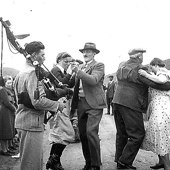 Inmigrantes británicos bailando acompañados del sonido de la gaita. Imagen cortesía del Hospital Británico de Buenos Aires.