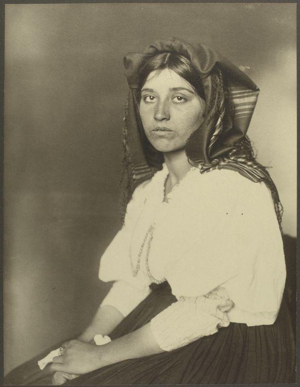 Inmigrante italiana en Ellis Island. Cortesía de Augustus Sherman y Ellis Island Museum. Imagen de Dominio Público.