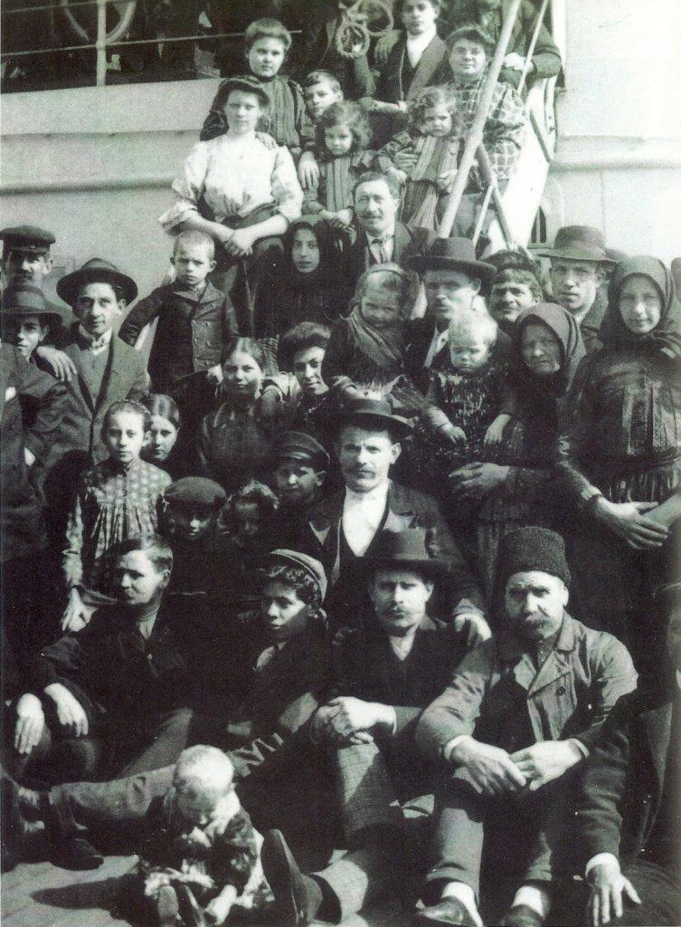 Refugiados Italianos listos para embarcar hacia America. Ca. 1909.