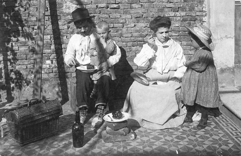 Inmigrantes italianos recién desembarcados, 1905.