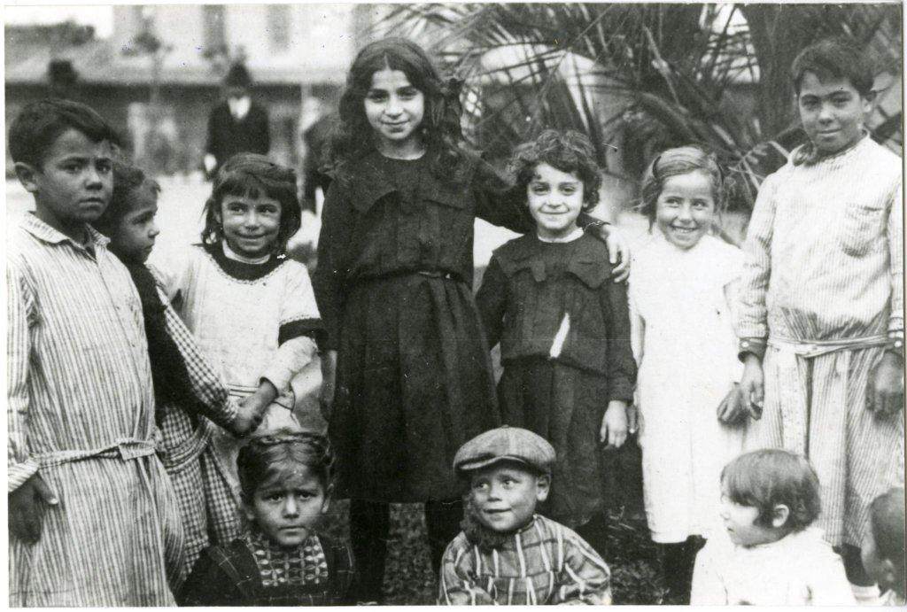 Niños jugando en el Hotel de Inmigrantes, Buenos Aires, 1915.