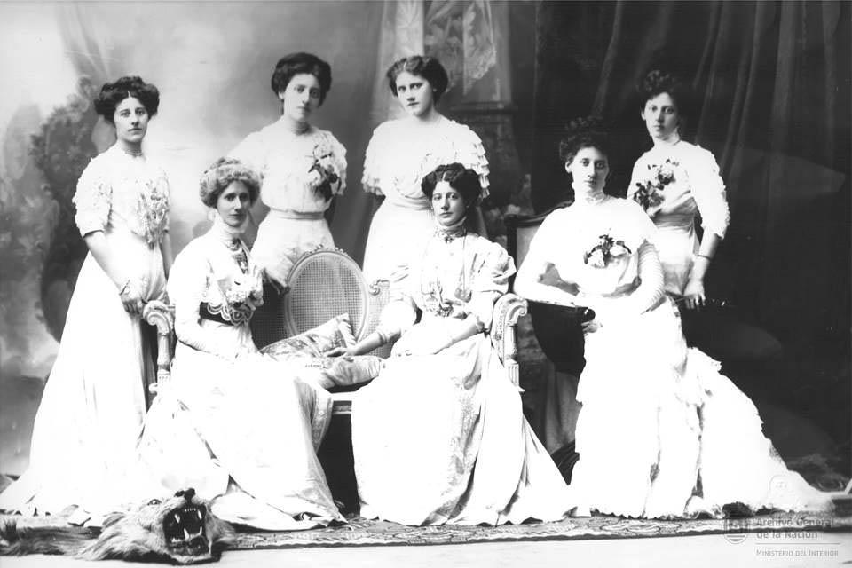 Damas de Buenos Aires, vestidas de blanco para la cena. Ca. 1903.