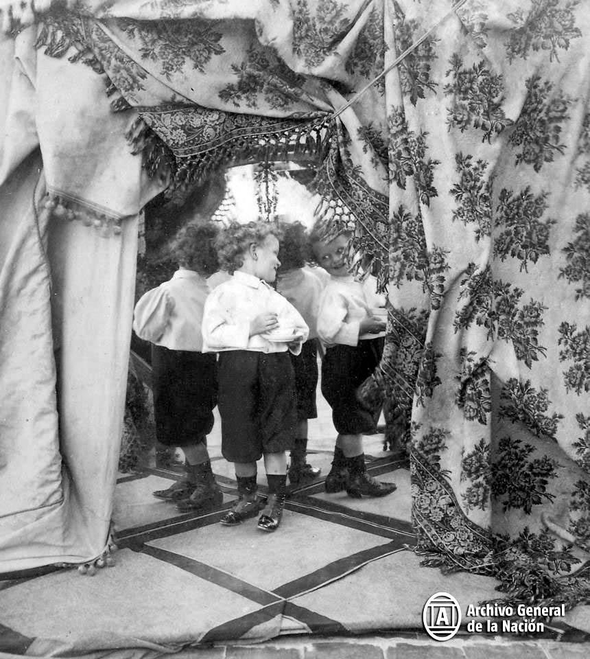 Niño durante una sesión de fotos en la Galería Witcomb. Ca. 1900.