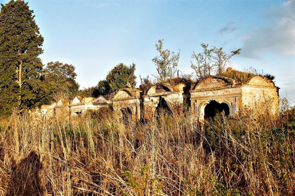 Hilera de Mausoleos en el Cementerio Sud de San Andrés de Giles.