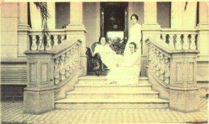 """La Srta. Savage en el """"Palacio Manny"""" de General Rodríguez, 1928."""