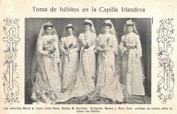 """María Fynn, Luisa Dean, Bertha M. Garrahan, Enriqueta Manny y Rosa York """"vestidas de novias antes de tomar los hábitos"""", 1905."""