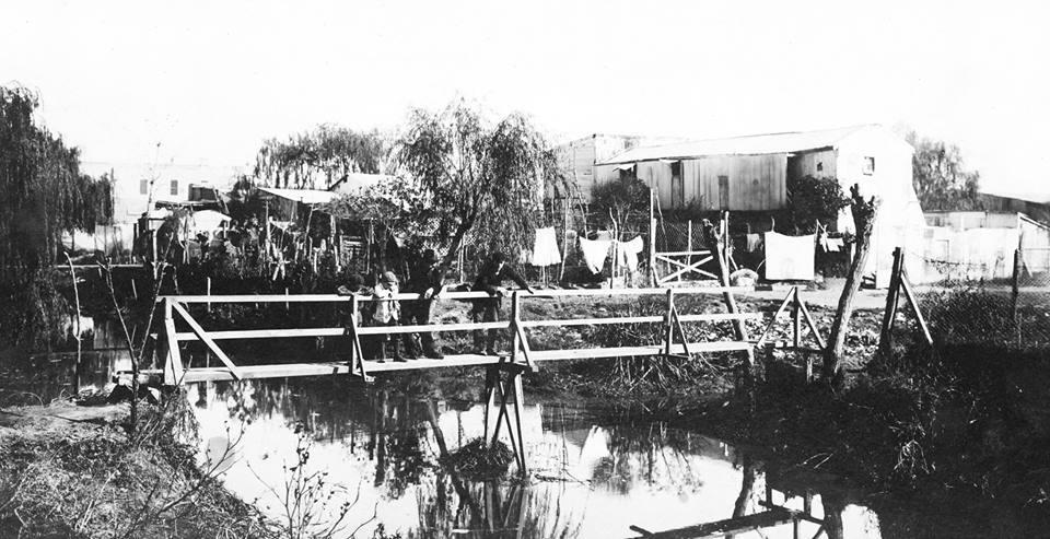 """Bajo de Belgrano, """"Puente del Aburrido"""" sobre el arroyo Vega a la altura de la calle Artilleros y Blanco Encalada, año 1911."""