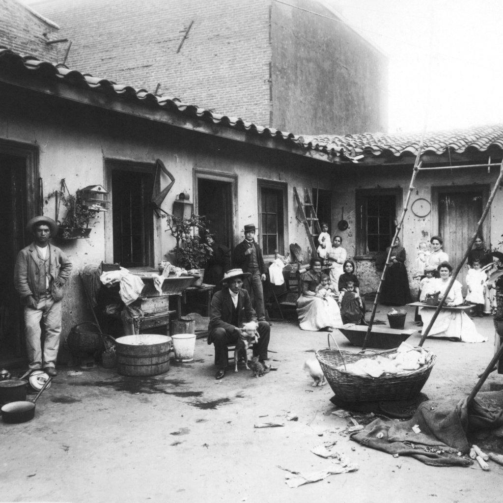 Un conventillo o casas de inquilinato y pulpería en el siglo XIX.