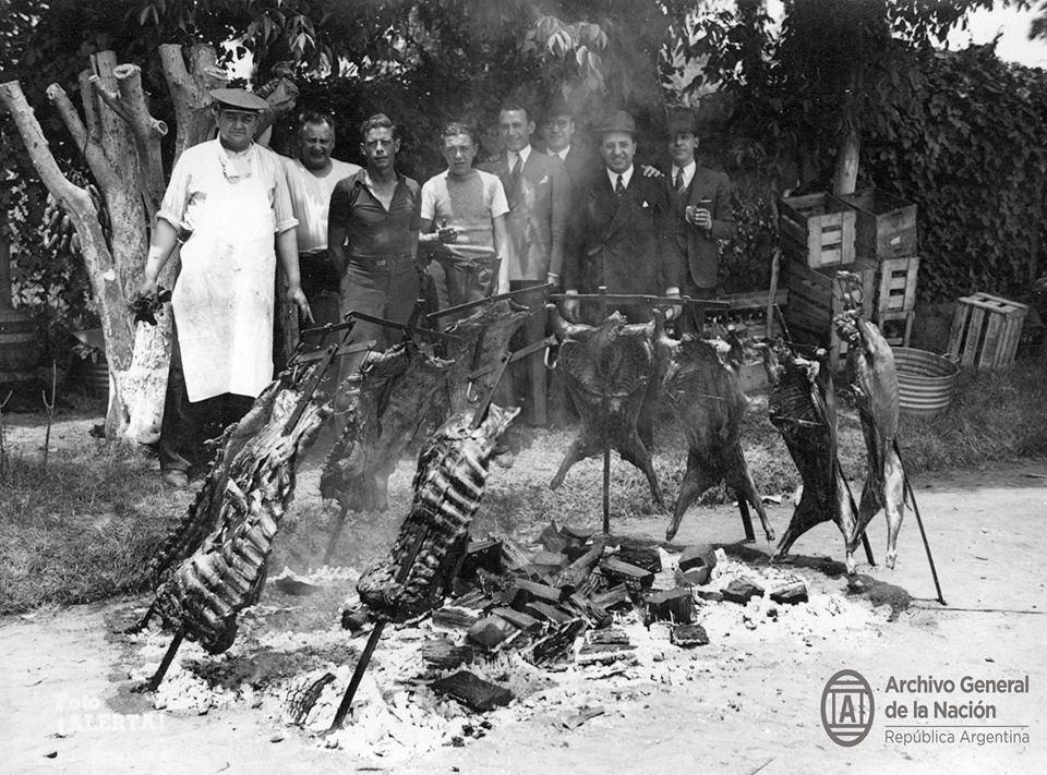 Grupo de amigos comiendo un asado al aire libre, Buenos Aires 1940