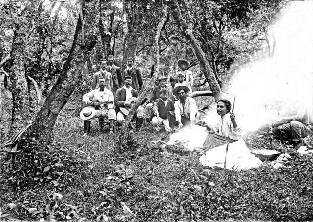 Gauchos tucumanos preparando un asado en las afueras de Buenos Aires.